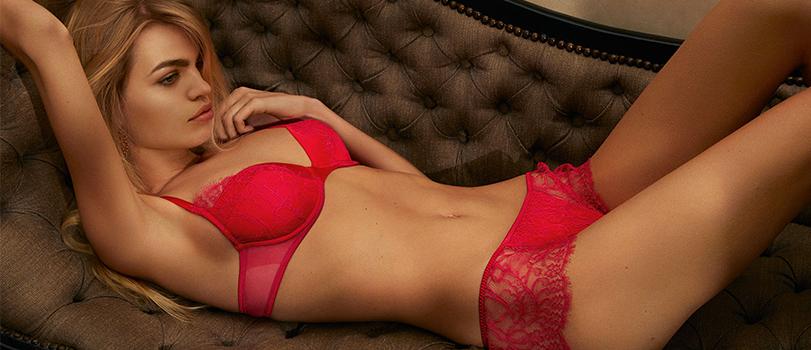 Mannequin blonde avec une lingerie rouge de chez Andres Sarda