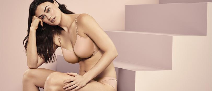Soutien-gorge de couleur avec mannequin portant de la lingerie PrimaDonna