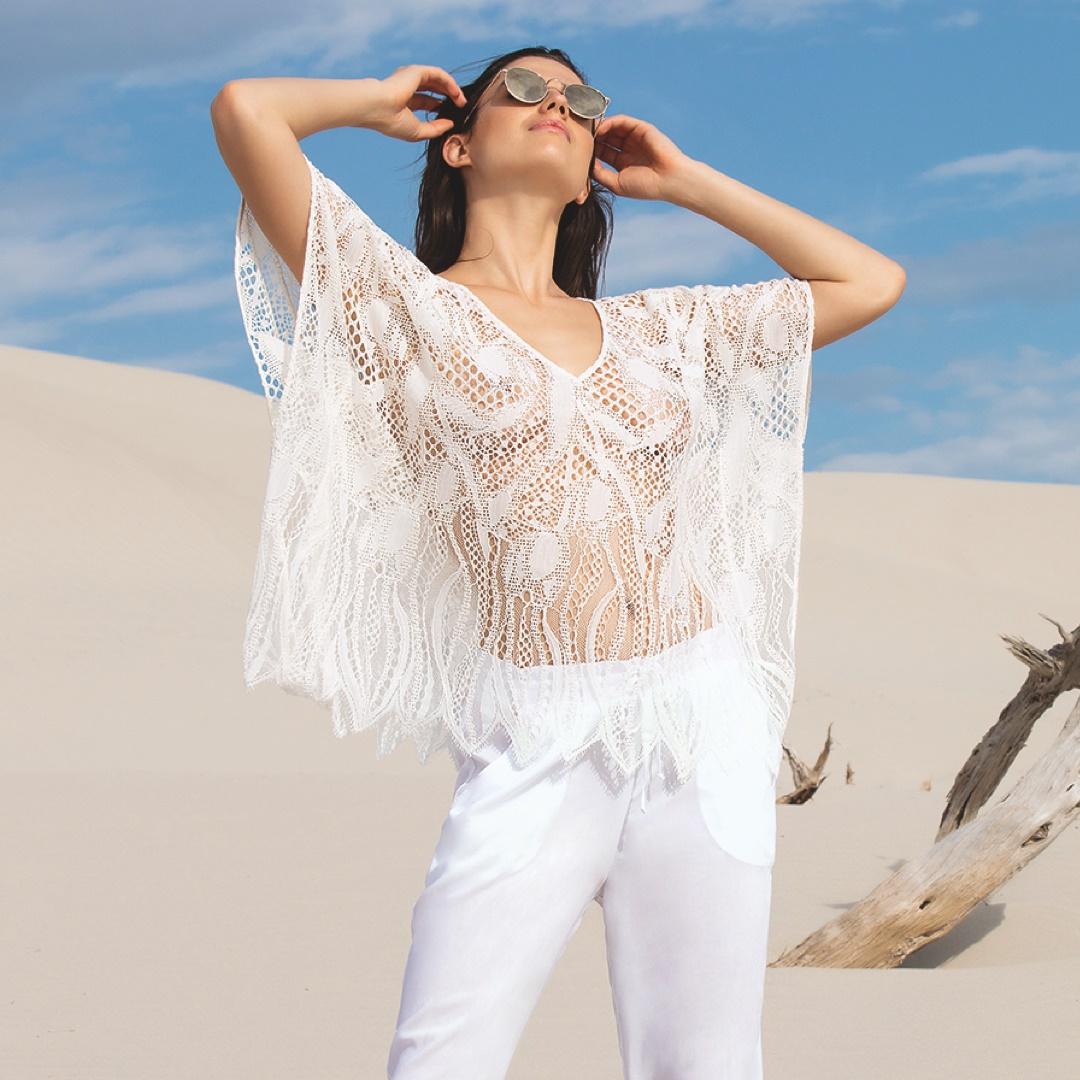 Mannequin portant un caftan de plage en dentelle de la marque Lise Charmel