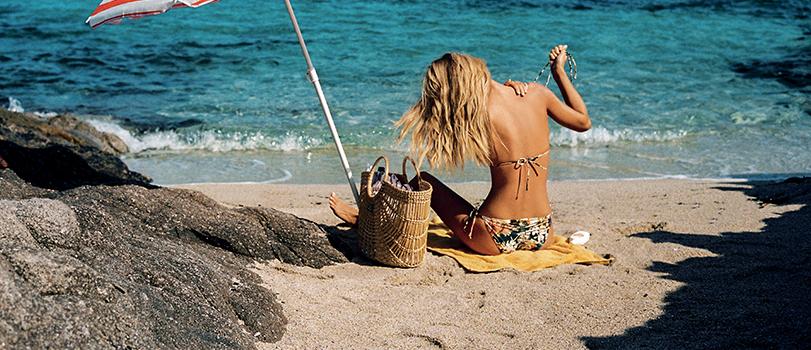 Femme sur une plage portant un bikini Hawaii Kitsch de la marque Watercult