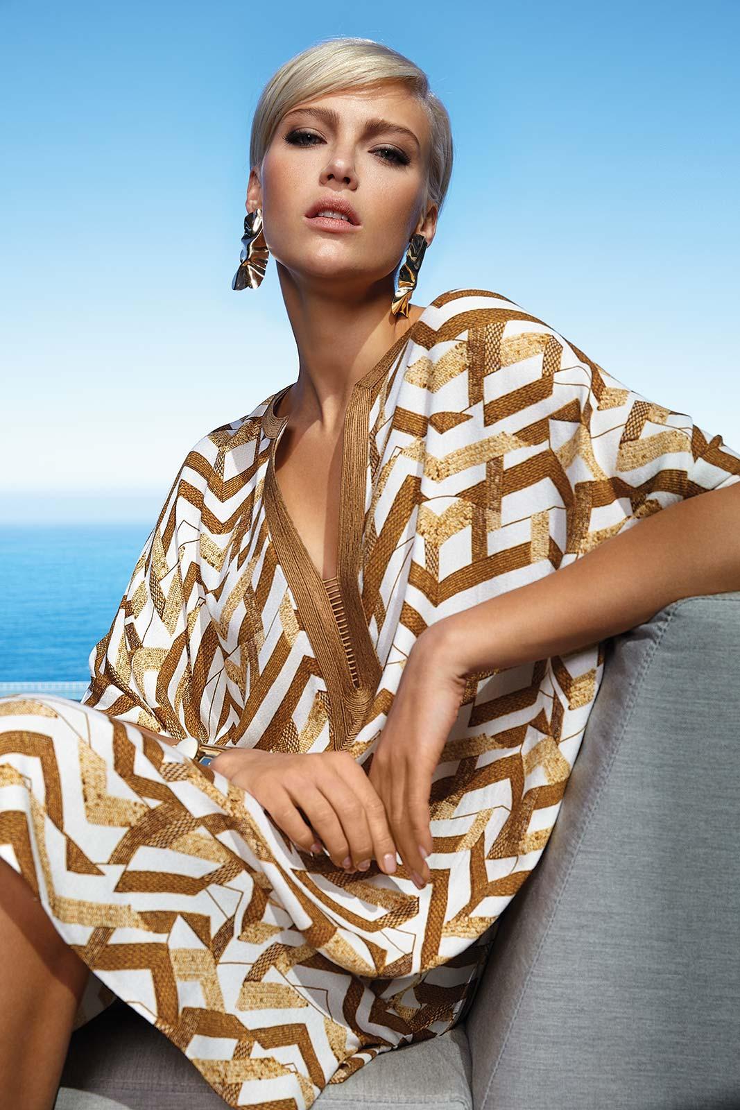 Mannequin portant un caftan de plage de la marque Maryan Mehlhorn