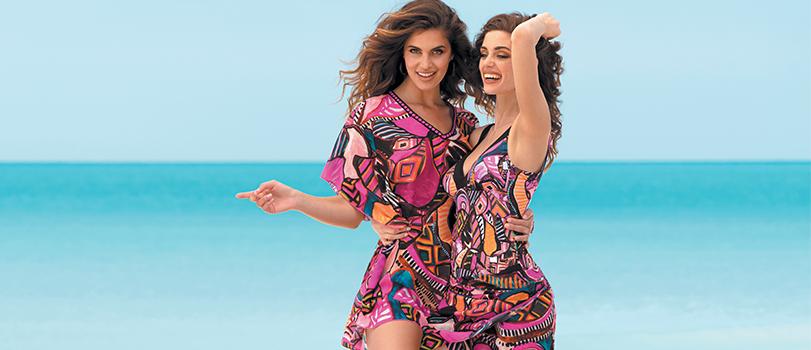2 mannequins sur une plage portant des caftans à imprimés rose