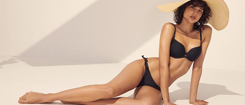 Modèle portant un bikini noir de la marque Marie Jo de la collection Brigitte