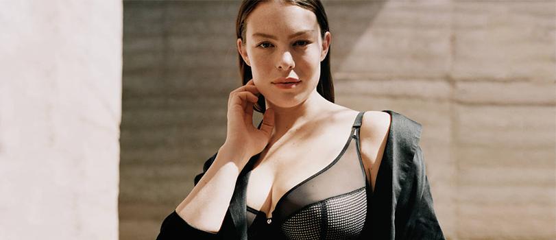 Modèle portant un soutien-gorge forte poitrine noir