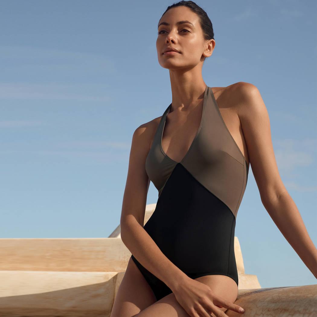 Modèle portant un maillot de bain une pièce Aubade de la collection beauté sublime noir et kaki
