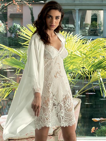 Mannequin portant une nuisette blanche en dentelle de la marque Lise Charmel