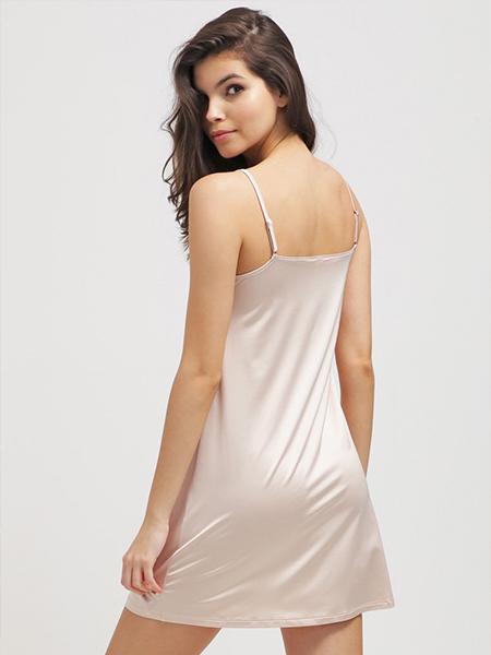Mannequin portant une nuisette blanche en satin de la marque Hanro