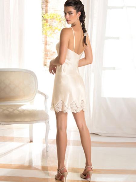 Mannequin portant une nuisette blanche en satin et dentelle de la marque Lise Charmel