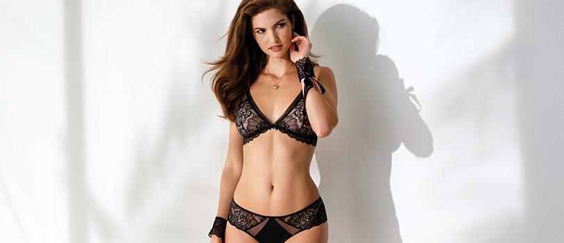Mannequin portant un soutien-gorge noir de la marque Antinéa invisible sous un décolleté