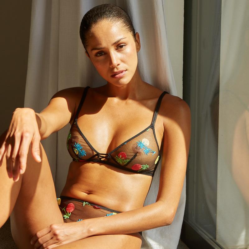 Mannequin portant un ensemble de lingerie semi transparent de la marque Implicite