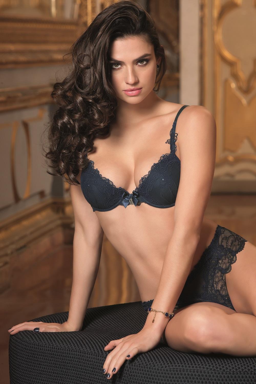 Mannequin portant un soutien-gorge à coques de la marque Lise Charmel idéal pour un décolleté Bardot