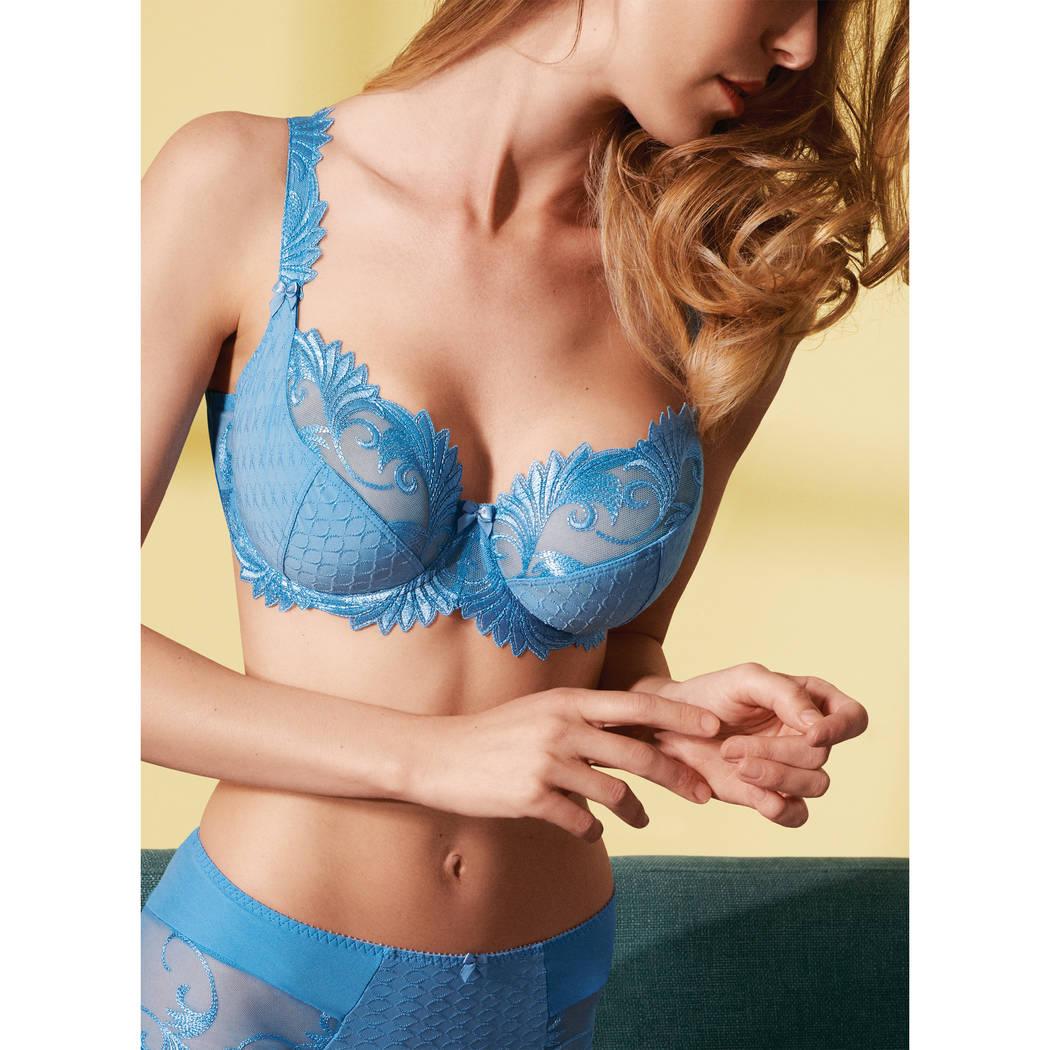Mannequin portant un soutien-gorge corbeille bleu de la marque Empreinte
