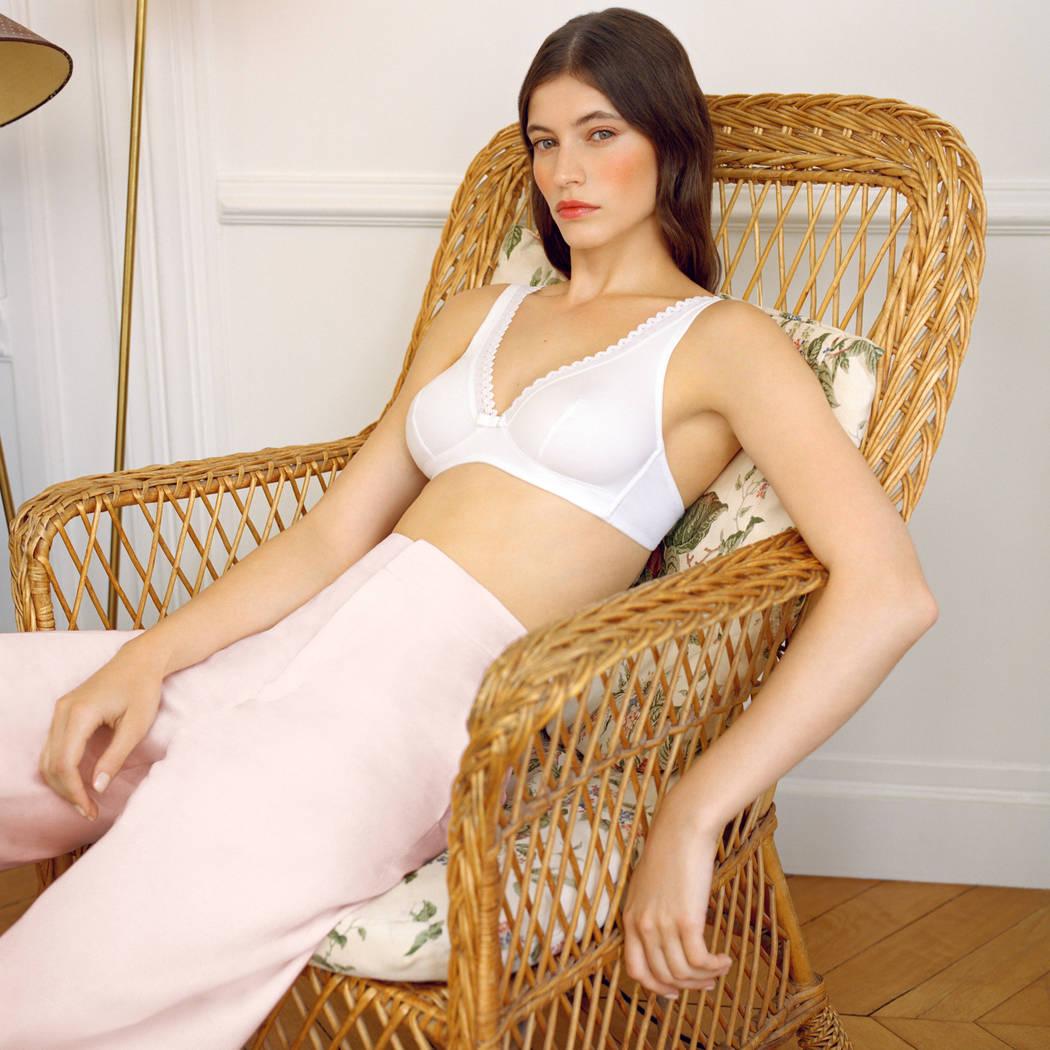 Mannequin portant un soutien-gorge sans armature blanc de la marque Lou idéal pour un décolleté en V