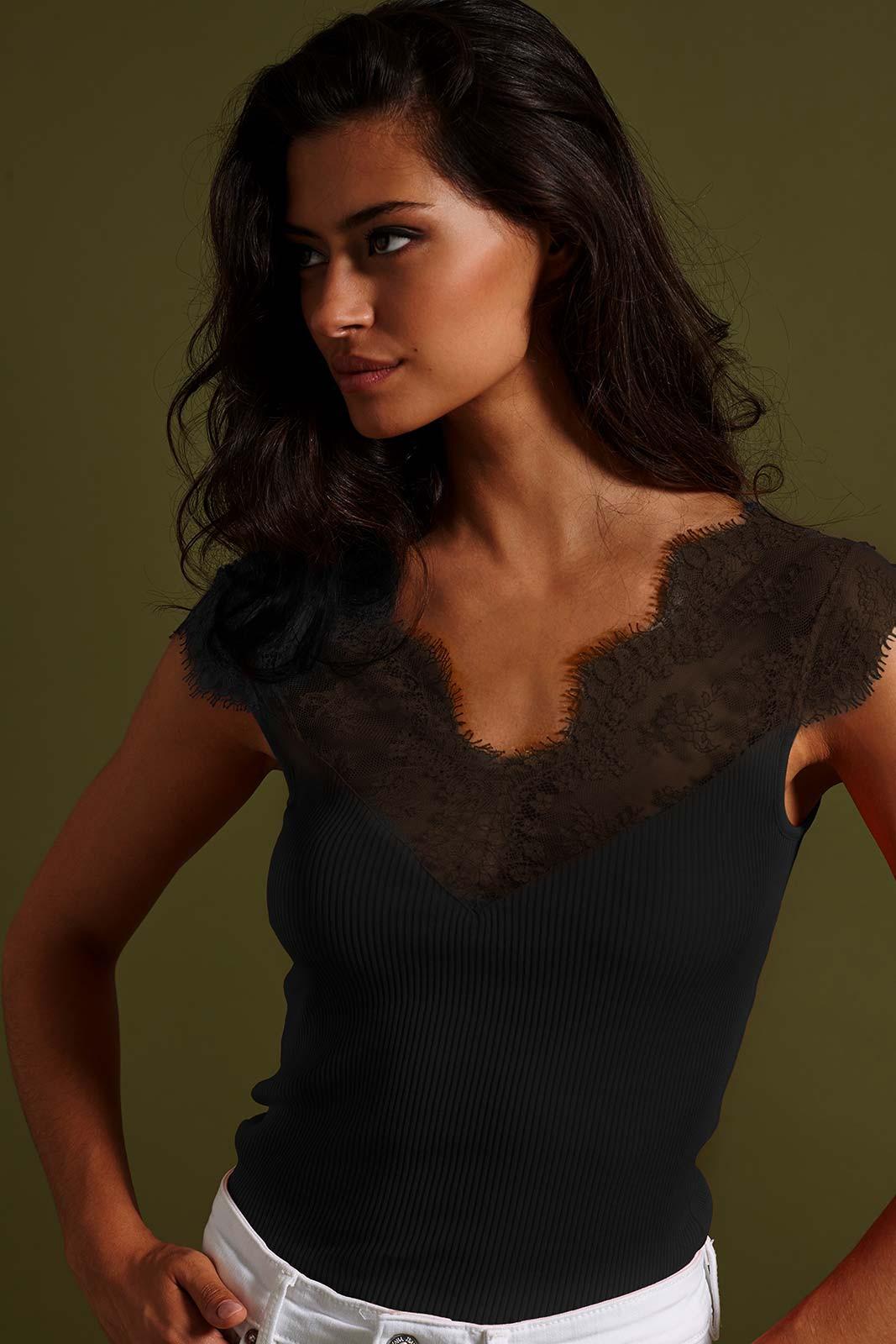 Mannequin portant un top manches courtes noir de la marque Oscalito