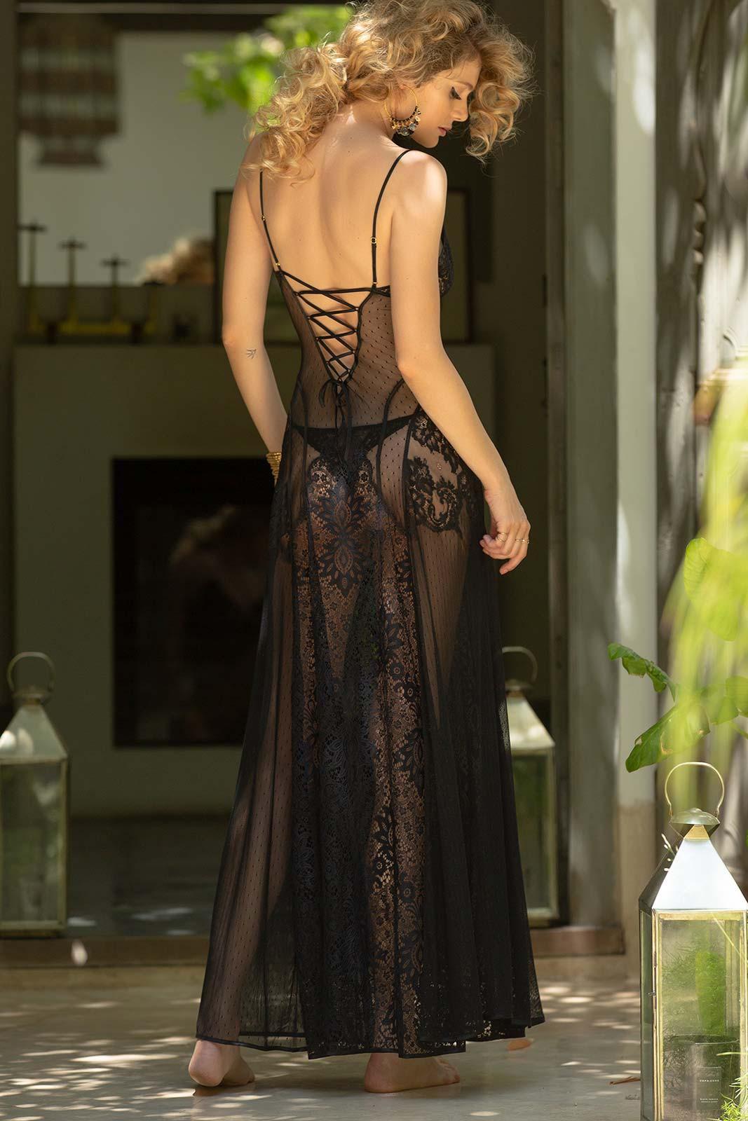 Mannequin portant une chemise de nuit longue noir et transparente de la collection Jalousie Noir de la marque Marjolaine