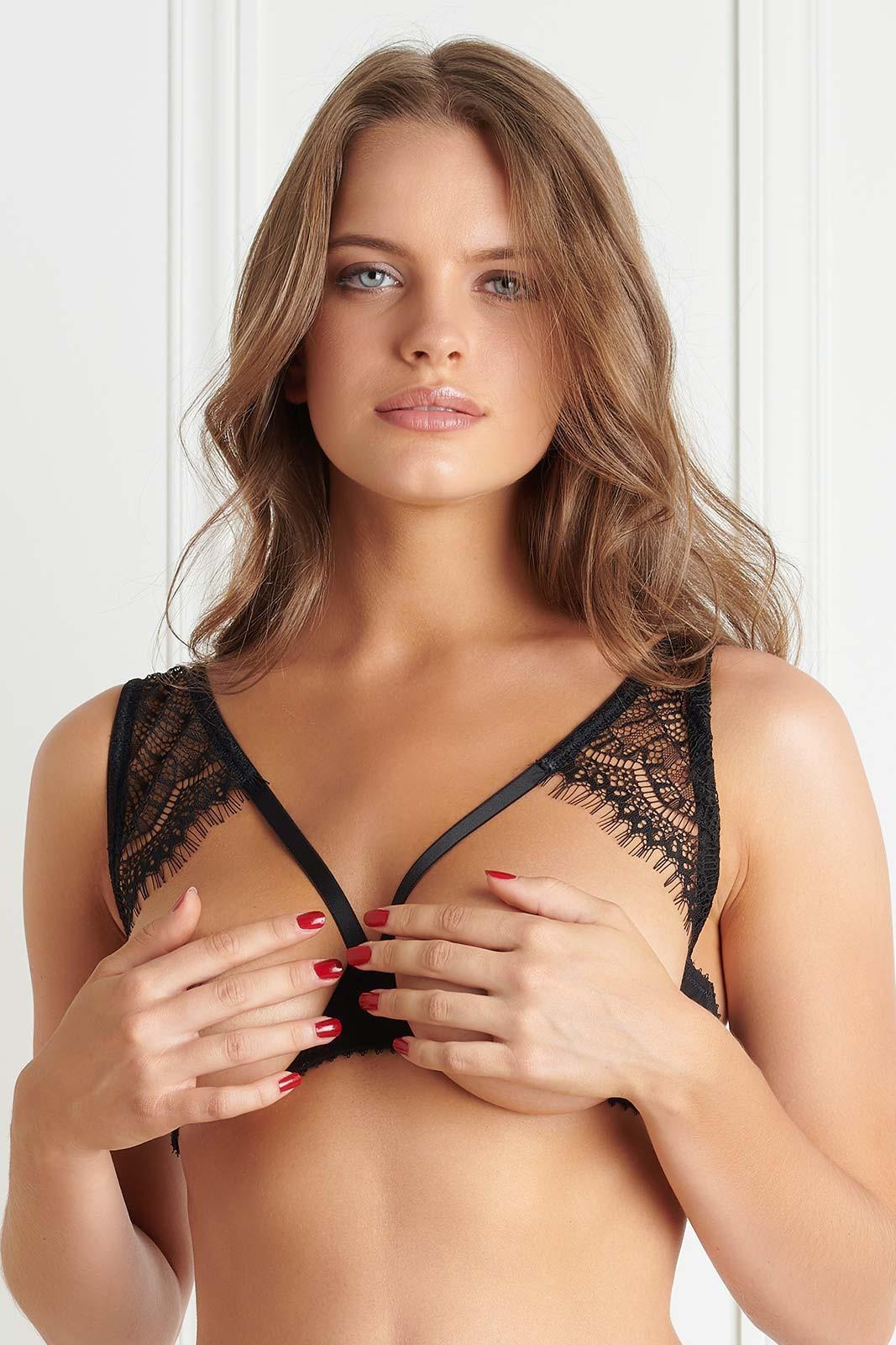 Mannequin portant un soutien-gorge seins nus de la collection Accroche coeur de la marque Maison Close