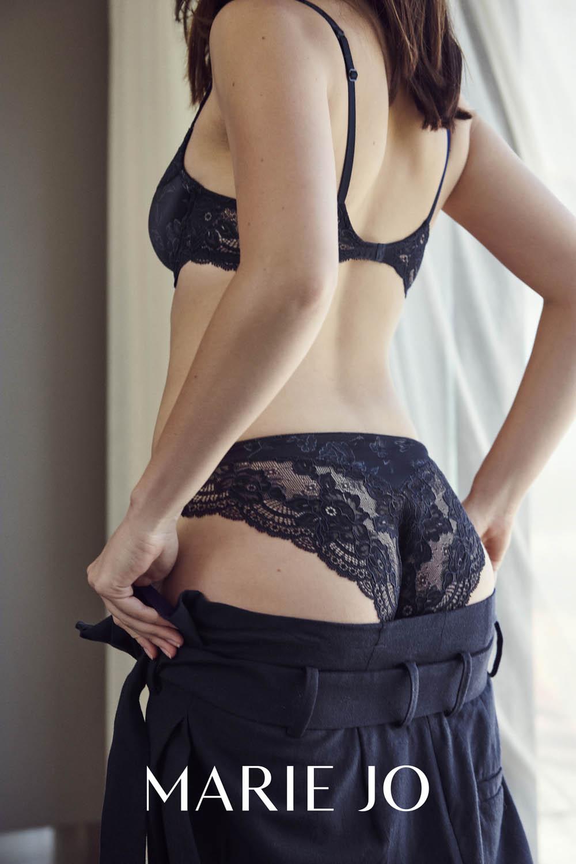 Mannequin portant une culotte sublimant une morphologie en A