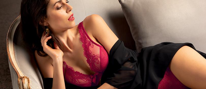 Mannequin portant un ensemble lingerie sexy rouge de la collection Soir de Venise de la marque Lise Charmel