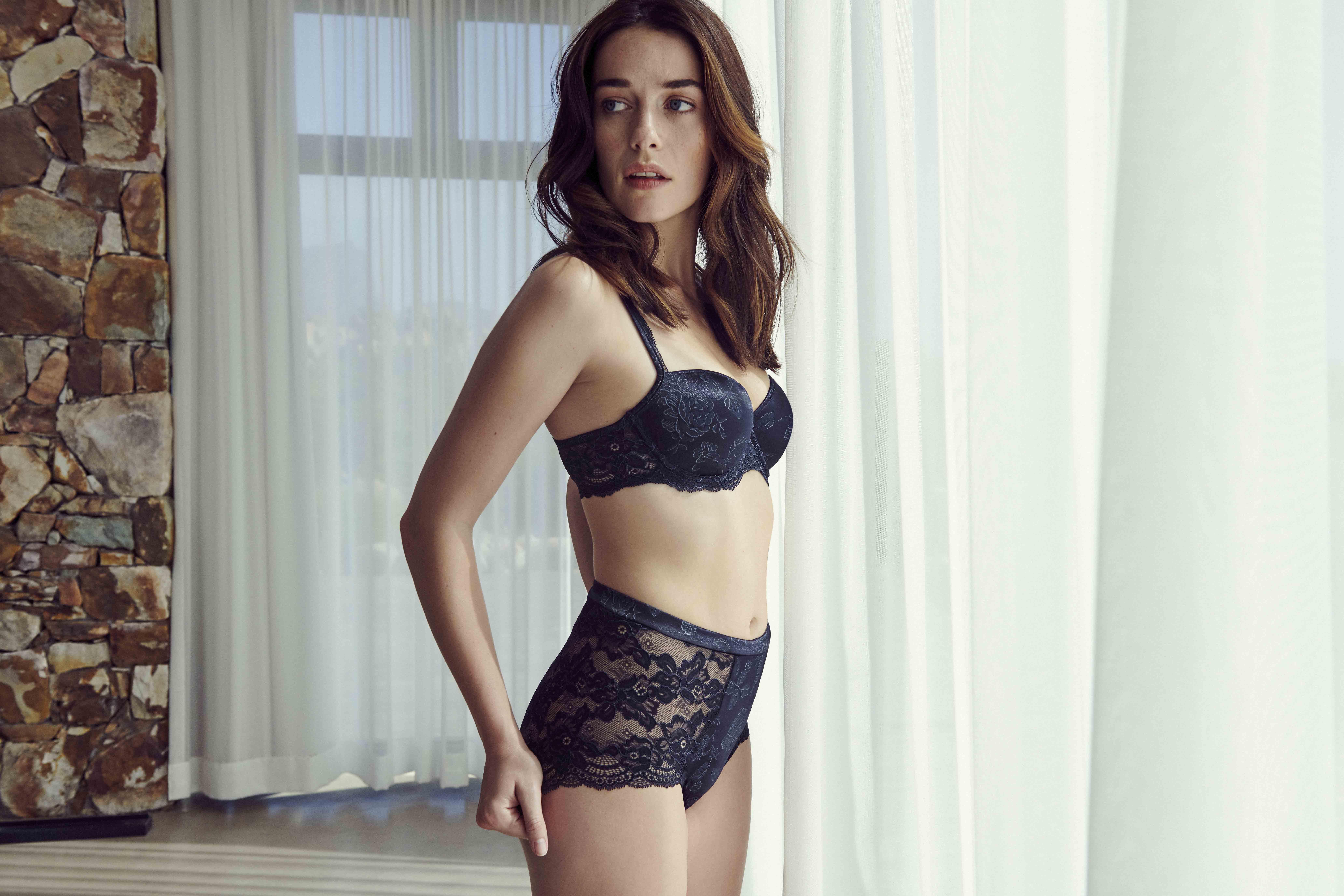 Mannequin portant un ensemble lingerie de la collection Sylvia de la marque Marie Jo Haute Lingerie
