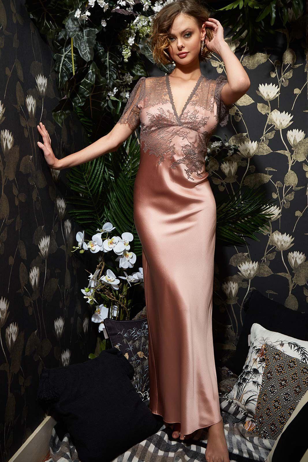 Mannequin portant une chermise de nuit longue et lounge de la marque Marjolaine