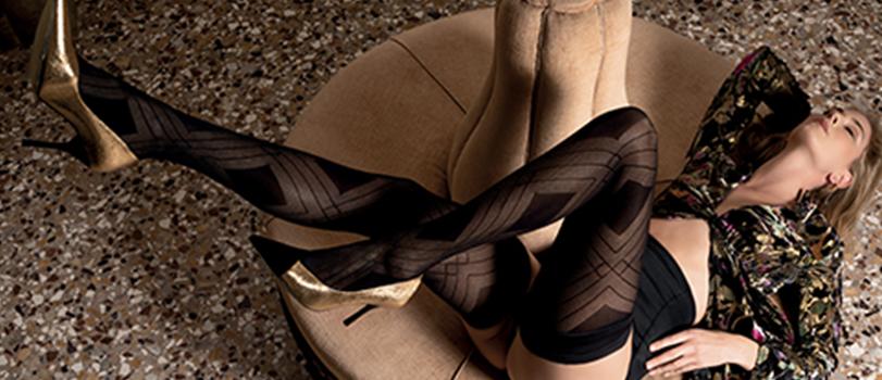 Mannequin lingerie allongée portant des collants transparents