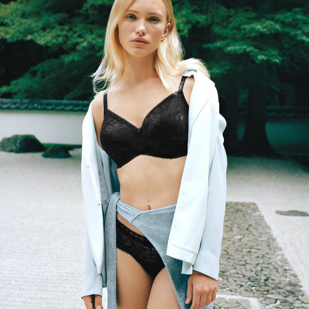 Mannequin portant un ensemble de sous-vêtement lounge de la marque Chantelle de la collection Day to night