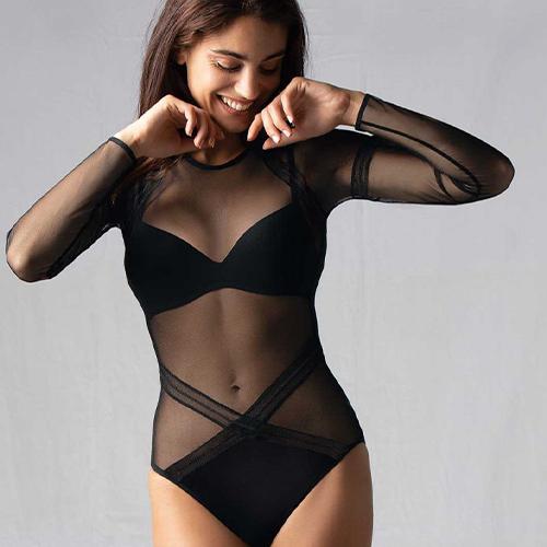 Mannequin portant un body habillé et sexy de la marque Antigel