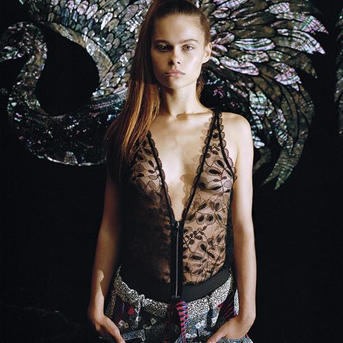 Mannequin portant un body noir en dentelle habillé de la marque Chantal Thomass