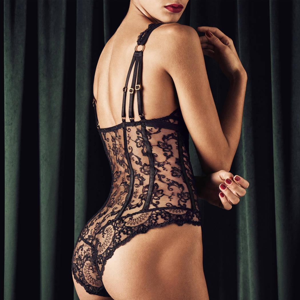 Mannequin portant un body noir en dentelle de la marque Aubade