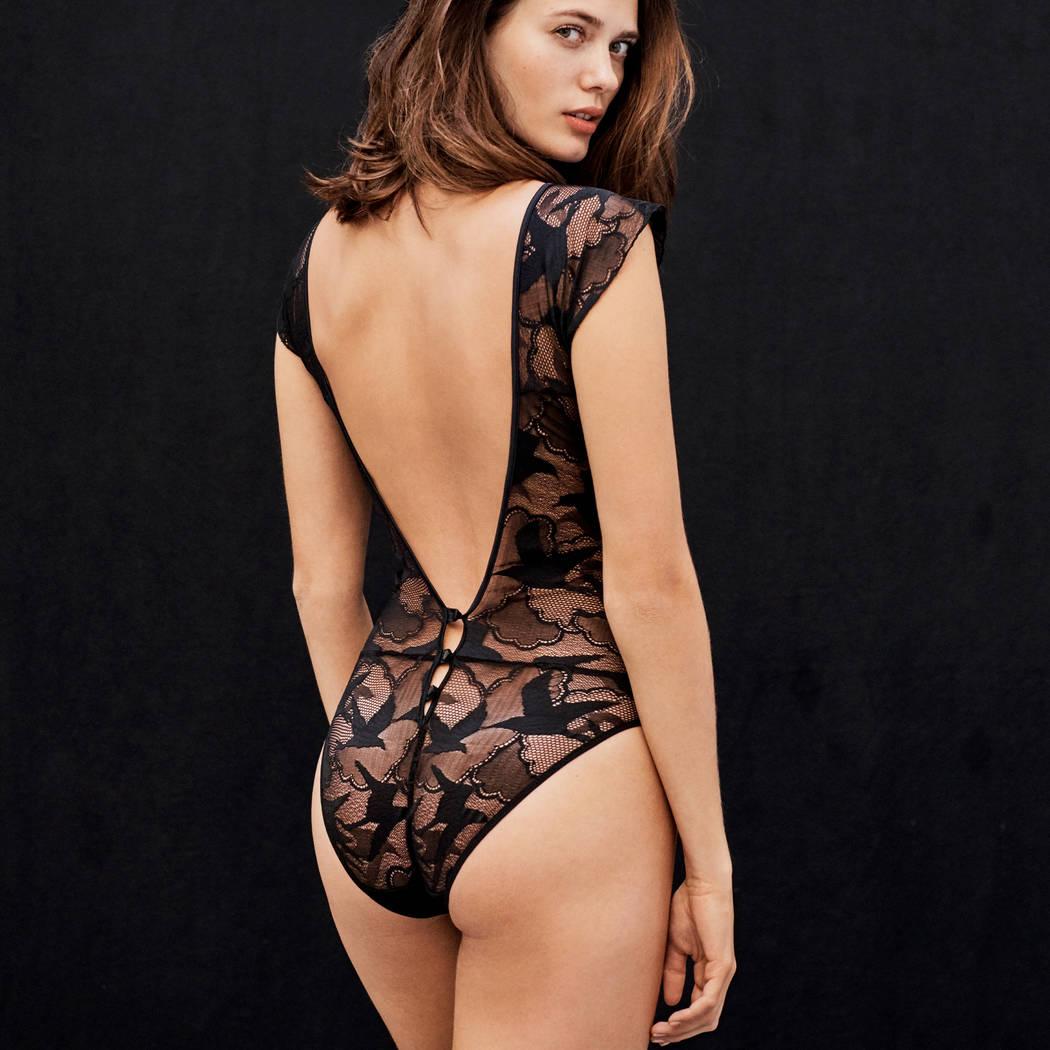 Mannequin portant un body noir en dentelle habillé de la marque Implicite