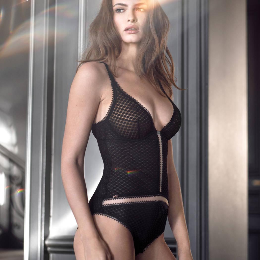 Mannequin portant un body noir habillé de la marque Lou
