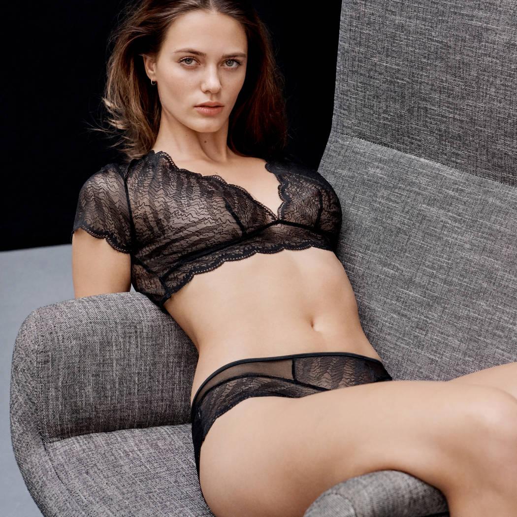 Mannequin allongée dans un fauteuil portant un soutien-gorge sans armature hybride de la marque de lingerie Implicite