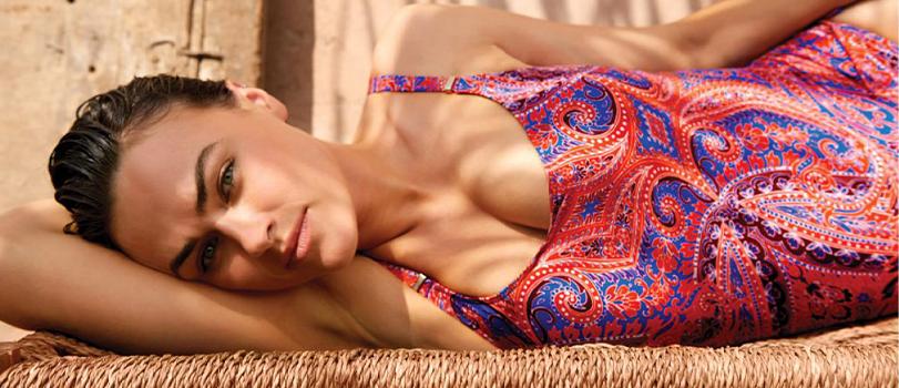 Mannequin allongée portant un maillot de bain grande taille une pièce