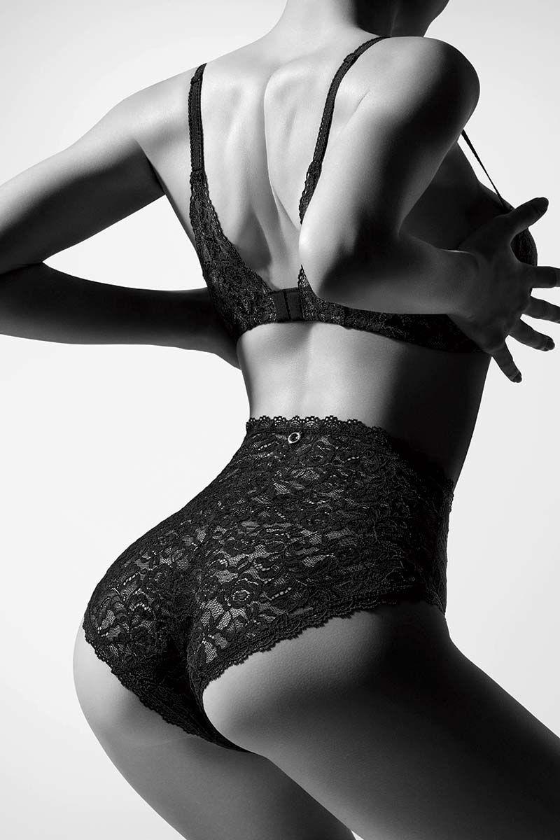 Mannequin portant une culotte en dentelle taille haute d'Aubade