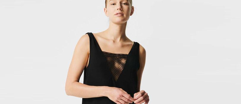 Mannequin portant une nuisette en dentelle noire de la marque Chantal Thomass