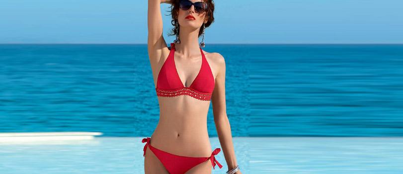 Mannequin portant un bikini rouge de la marque Lise Charmel