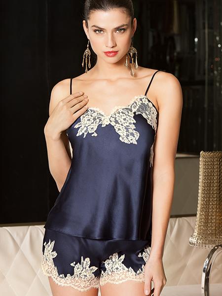 Mannequin portant ensemble pyjama short et débardeur couleur marine de la marque Lise Charmel