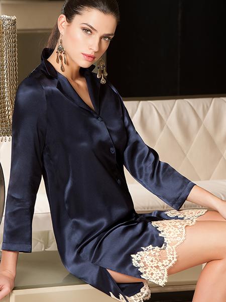 Mannequin portant une veste sur le pyjama short Splendeur Marine de la marque Lise Charmel
