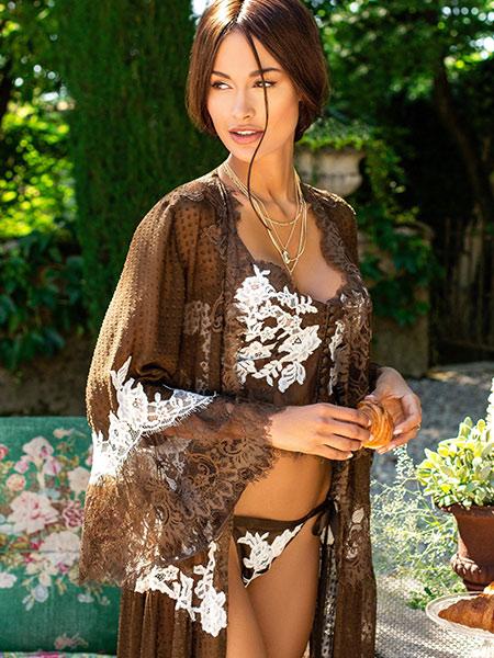 Mannequin portant un déshabillé vaporeux couvrant de la marque Marjolaine
