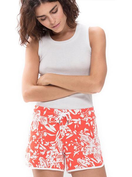 mannequin portant un pyjama short corail à imprimés feuillage en coton modal-2