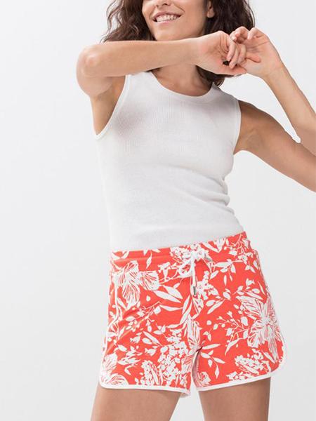 mannequin portant un pyjama short corail à imprimés feuillage en coton modal-3
