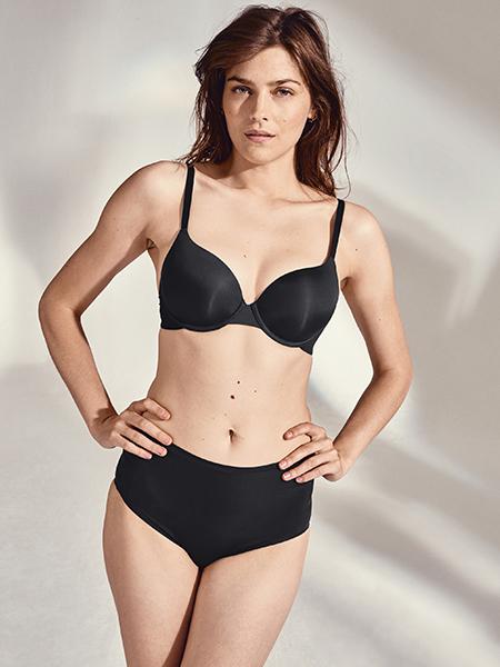 Mannequin portant un ensemble de lingerie noire de la collection Essentiel de la marque Simone Pérèle