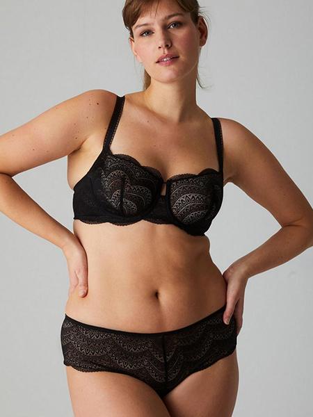 Mannequin portant un ensemble de lingerie noire de la collection Karma de la marque Simone Pérèle