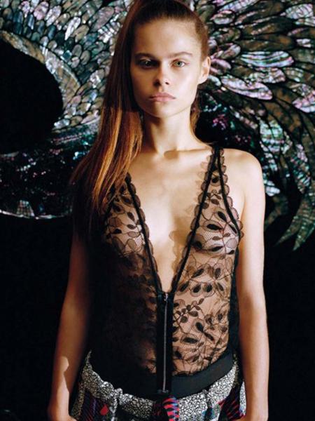 Mannequin portant un body noir de la marque Chantal Thomass
