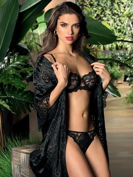 Mannequin portant un déshabillé vaporeux noir en dévorage de la marque Lise Charmel