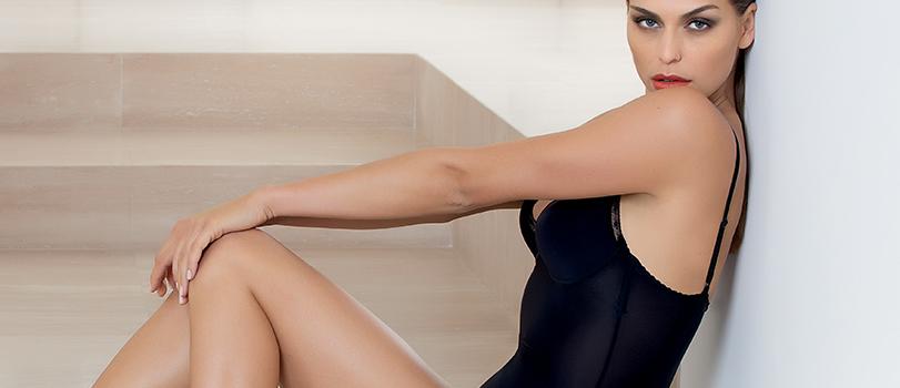 Mannequin portant un ensemble lingerie en satin