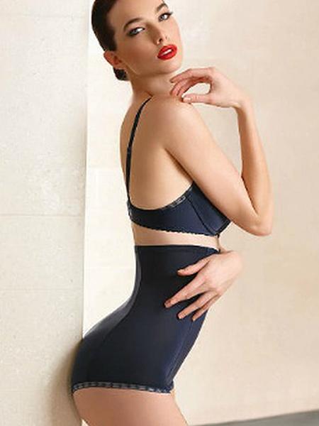 Mannequin portant une culotte en satin taille haute