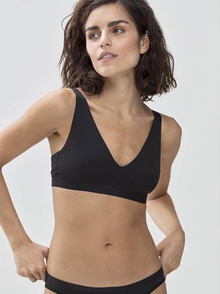 Mannequin portant une brassière sexy et confortable noir de la marque Mey
